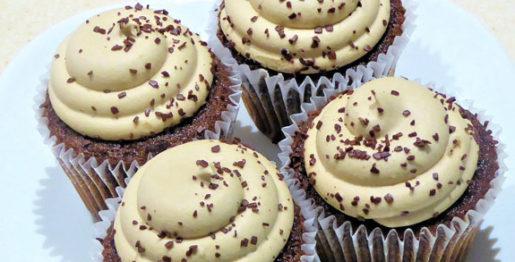 cupcake com cobertura de chocolate branco
